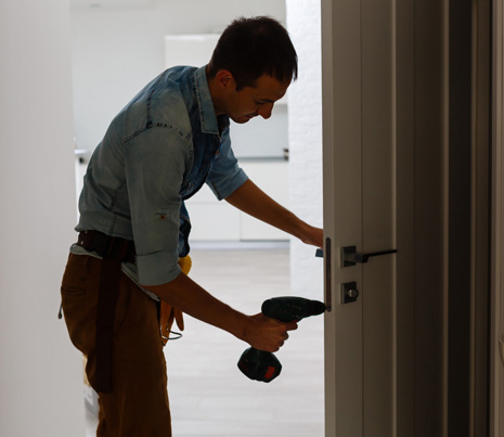 Binnendeuren plaatsen: hoe gaat een vakman te werk?